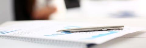 Серебряная ручка лежа на важной бумаге на таблице Стоковое Фото