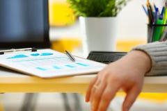 Серебряная ручка лежа на важном stats завертывает в бумагу закрепленный для того чтобы проложить Стоковые Фотографии RF