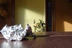 Серебряная фольга в таблице Стоковое Изображение RF
