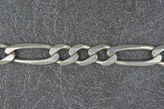 Серебряная цепь на серой предпосылке Стоковые Изображения