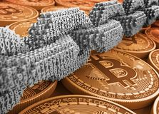 Серебряная цепь цифров соединенного 3D нумерует на золотом Bitcoins Стоковые Изображения