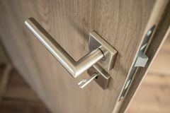 Серебряная штейновая ручка двери на двери дуба деревянной Стоковое Изображение RF