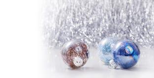 Серебряное и голубое рождество орнаментирует шарики на предпосылке bokeh яркого блеска с космосом для текста Xmas и счастливый Но Стоковые Изображения RF