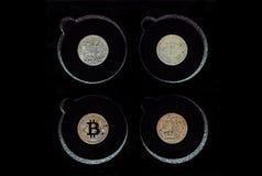 Серебряное и золотое Bitcoins на дисплее, черной предпосылке стоковая фотография rf