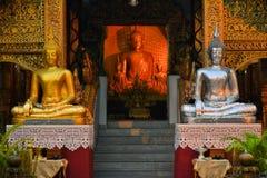 Серебряное и золотое Buddhas в Чиангмае, Таиланде стоковые фотографии rf