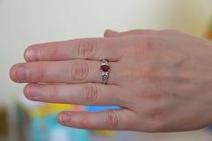 Серебряное кольцо с драгоценной камнем на среднем пальце Стоковая Фотография RF