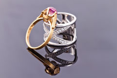Серебряное кольцо и тонкое кольцо золота с рубином Стоковые Изображения RF