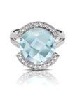 Серебряное кольцо установленное с голубой драгоценной камнем Стоковые Фотографии RF