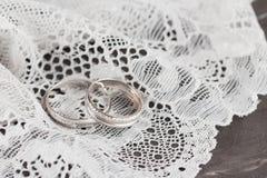 Серебряное обручальное кольцо на шнурке Стоковые Изображения