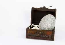 Серебряное пасхальное яйцо в винтажной деревянной коробке Стоковая Фотография