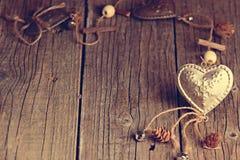 Серебряное сердце на деревянном столе с украшениями красный цвет поднял Любовь подарок Ilustration на естественной предпосылке Стоковая Фотография