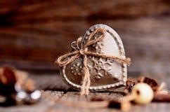 Серебряное сердце на деревянном столе с украшениями красный цвет поднял Любовь подарок Ilustration на естественной предпосылке Стоковое Фото