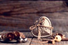 Серебряное сердце на деревянном столе с украшениями красный цвет поднял Любовь подарок Ilustration на естественной предпосылке Стоковые Изображения RF