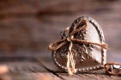 Серебряное сердце на деревянном столе с украшениями красный цвет поднял Любовь подарок Ilustration на естественной предпосылке Стоковые Изображения