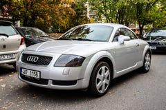 Серебряное Audi TT украшенное для свадьбы припаркованной в улице стоковые изображения rf