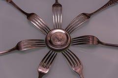 Серебряное bitcoin и серебряные вилки вокруг Стоковое Фото