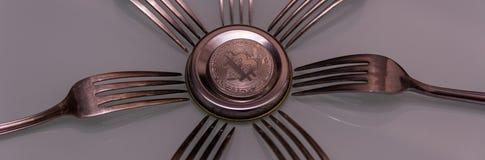 Серебряное bitcoin и серебряные вилки вокруг Стоковые Изображения RF