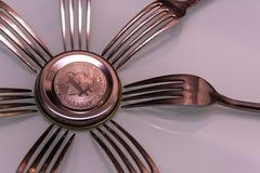 Серебряное bitcoin и серебряные вилки вокруг Стоковые Изображения