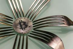 Серебряное bitcoin и серебряные вилки вокруг Стоковое фото RF