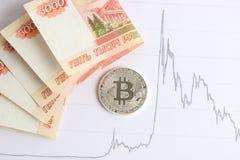 Серебряное bitcoin на графиках предпосылки Стоковые Изображения