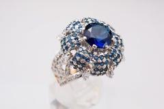 Серебряное handmade кольцо с голубые камни и большой голубой камень в центре Стоковые Фотографии RF