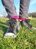 Серебряные ботинки в wildflowers, Стоковые Изображения RF