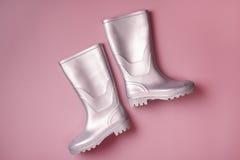 Серебряные ботинки дождя на пинке Стоковые Изображения