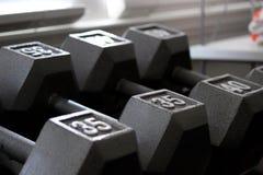 Серебряные весы гантели на шкафе Стоковое Изображение