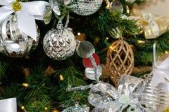 Серебряные и белые украшения рождественской елки Стоковая Фотография RF