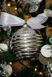 Серебряные и белые украшения рождественской елки Стоковое Изображение RF