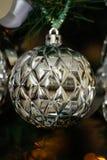 Серебряные и белые украшения рождественской елки Стоковые Фото