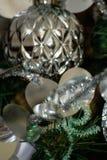 Серебряные и белые украшения рождественской елки Стоковое Фото