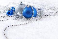 Серебряные и голубые украшения рождества стоковые фото
