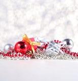 Серебряные и красные украшения Кристмас стоковые изображения rf