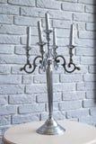 Серебряные канделябры, 5 свечей, серая предпосылка, на таблице стоковая фотография rf
