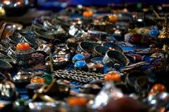 Серебряные кольца для продажи в souq в Марокко Стоковые Фото