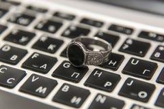 Серебряные кольцо & компьтер-книжка Стоковое фото RF