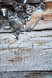 Серебряные колоколы рождественской елки на белой деревянной предпосылке Copyspace Стоковые Изображения RF