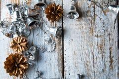 Серебряные колоколы рождественской елки на белой деревянной предпосылке Copyspace Стоковое Изображение RF
