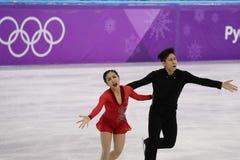 Серебряные медалисты Wenjing Sui и Cong Хан Китая выполняют в парах катаясь на коньках свободно катающся на коньках на 2018 Олимп Стоковое фото RF