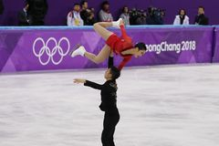 Серебряные медалисты Wenjing Sui и Cong Хан Китая выполняют в парах катаясь на коньках свободно катающся на коньках на 2018 Олимп Стоковое Изображение