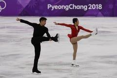 Серебряные медалисты Wenjing Sui и Cong Хан Китая выполняют в парах катаясь на коньках свободно катающся на коньках на 2018 Олимп Стоковая Фотография RF