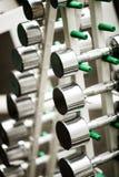 Серебряные металлические гантели в спортзале Стоковое Фото