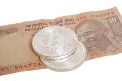 Серебряные монетки bitcoin на индейце 10 рупий Стоковое фото RF