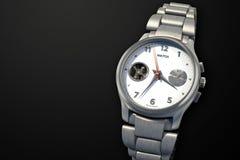 Серебряные наручные часы с концом-вверх браслета металла бесплатная иллюстрация