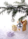 Серебряные Новый Год шарика с подарками над снежком Стоковое фото RF