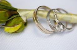 Серебряные обручальные кольца и обручальное кольцо с полученным предложение цены диамантом на boutonniere groom Стоковые Фотографии RF