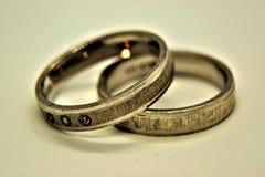 Серебряные обручальные кольца на белой предпосылке Стоковые Фото