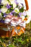 Серебряные обручальные кольца на ленте или смычок на стекле с шампанским Стоковые Фото