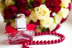 Серебряные обручальные кольца с крошечным флаконом духов красного цвета диамантов Стоковые Изображения RF